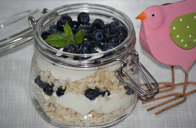 pomysł na lunch, czyli ryż ze śmietaną i borówką amerykańską