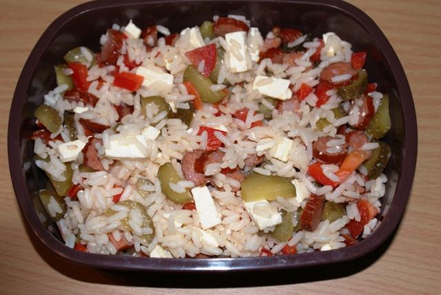 Lunch... czyli sałatka z ryżu, warzyw z dodatkiem kabanosów chorizo