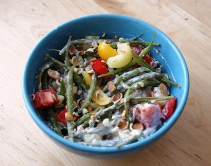 Sałatka z fasolką szparagową, pomidorami i papryką, w sosie jogurtowym