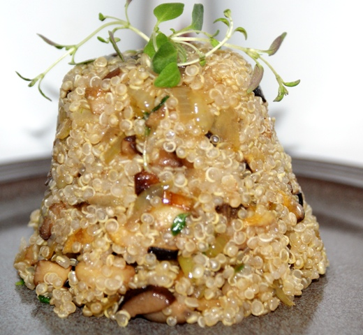 quinoa z grzybami leśnymi, cebulą i tymiankiem