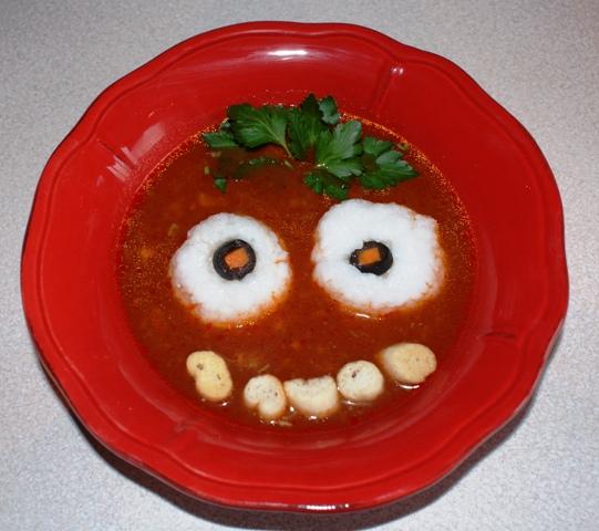 Zupa pomidorowa, ryż, grzanki, natka pietruszki