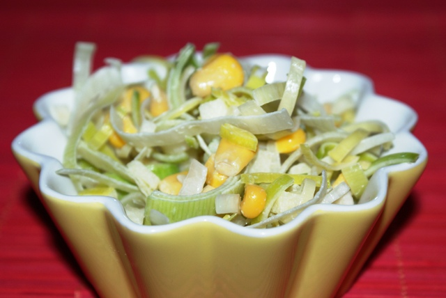 surówka z pora z kukurydzą i jabłkiem