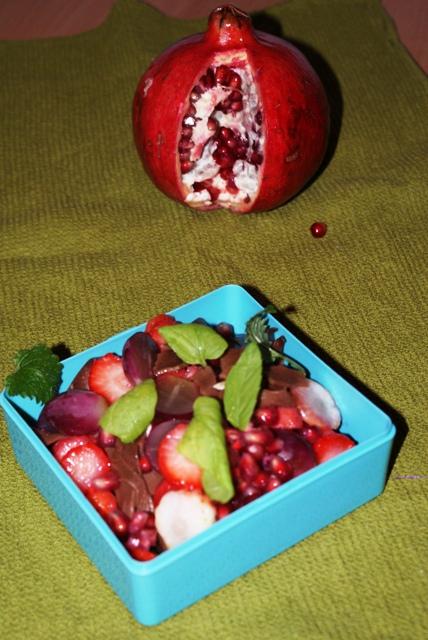 makaron czekoladowy owoce sałatka