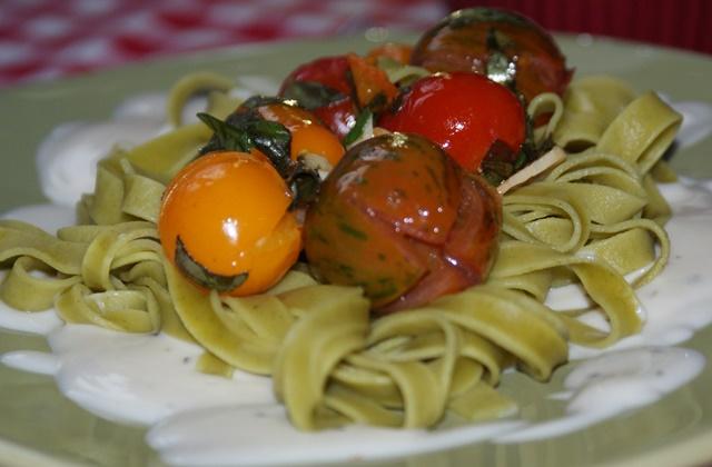 Makaron z pieczonymi pomidorami i sosem cztery sery