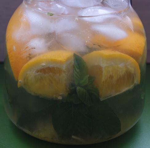 Dzbanek wypełniony domową lemoniadą .