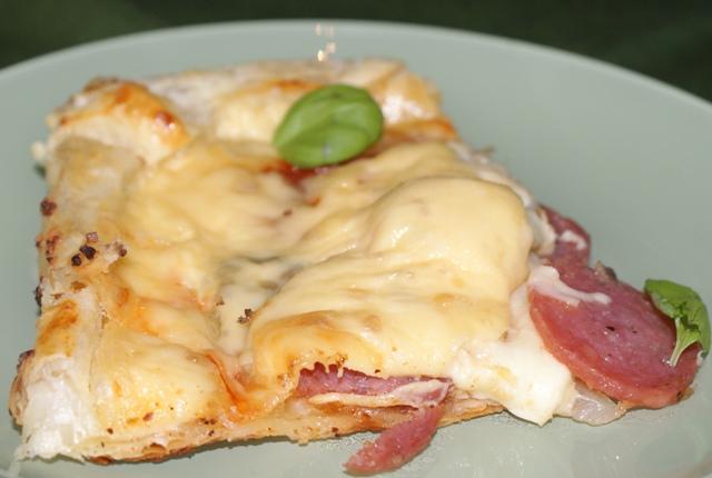 I kawałek gotowej pizzy na cieście francuskim