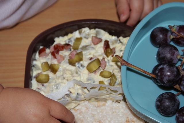 Pasta jajeczna, choć może bardziej sałatka.. czyli jajko, kabanos, ogórek i majonez. To mój dzisiejszy lunch